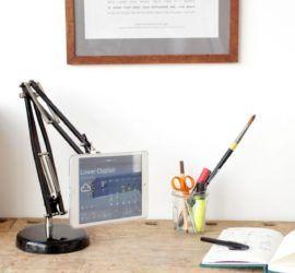 Удобная подставка для планшета из старой лампы