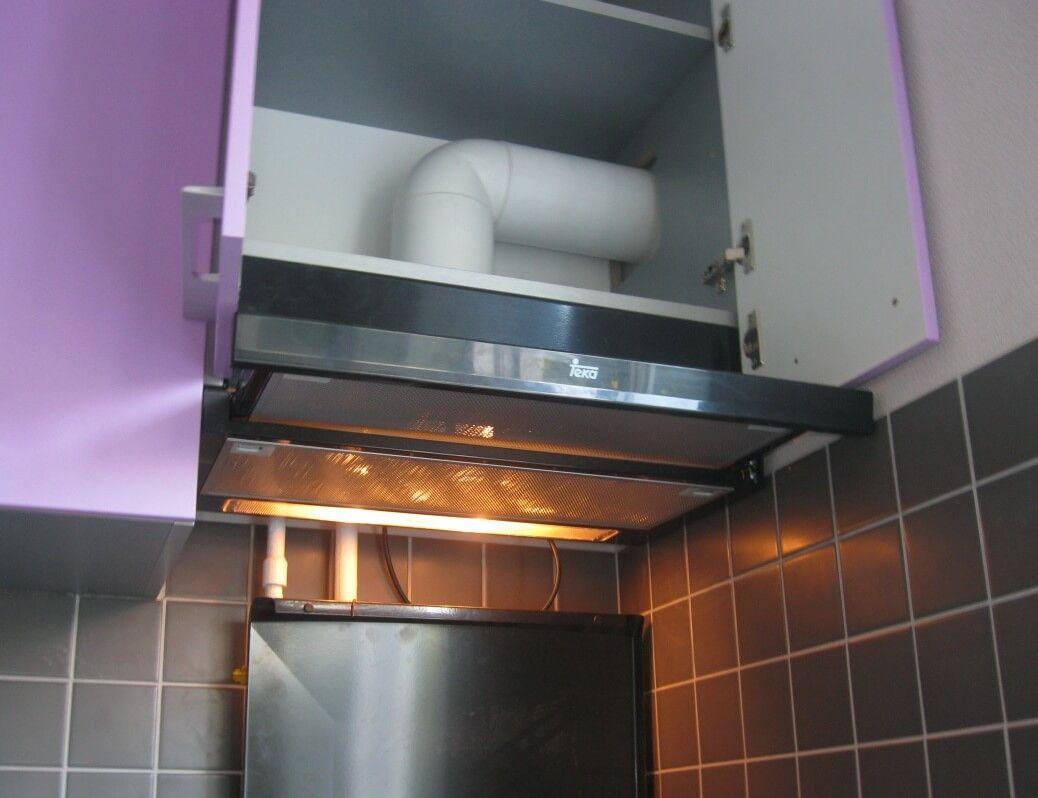 Хорошо известно, что вытяжные устройства, устанавливаемые над кухонной плитой, используются для отвода отработанных газов и нежелательных запахов, возникающих в процессе приготовления пищи.