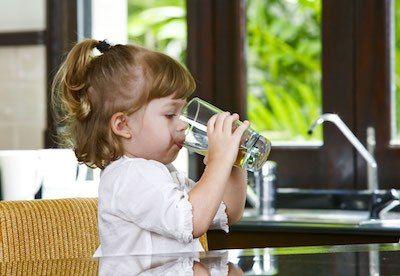 Потребности в питьевой воде около 5 литров в сутки на человека. Исходя из этого нужно выбирать фильтр. Устанавливаемые  бытовые фильтры очищают воду