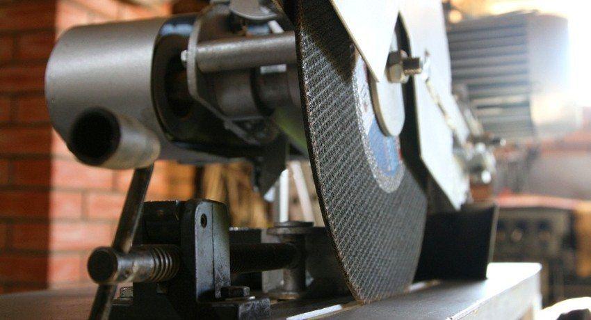 Отрезной станок по металлу, сделанный своими руками, позволит получить оборудование, идеально подходящее под нужды владельца
