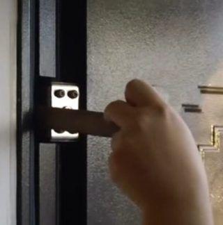 Как устранить скрип стальной двери