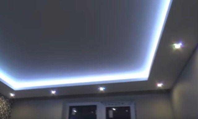 Монтаж потолка с светодиодной подсветкой и точечными светильниками из гипсокартона.