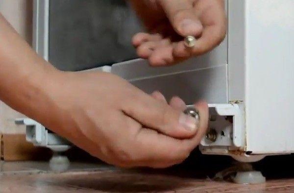 демонтаж нижней петли холодильника