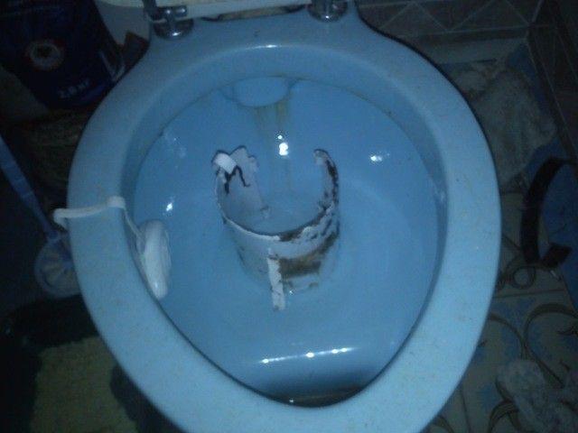 Извлеченная канализационная заглушка