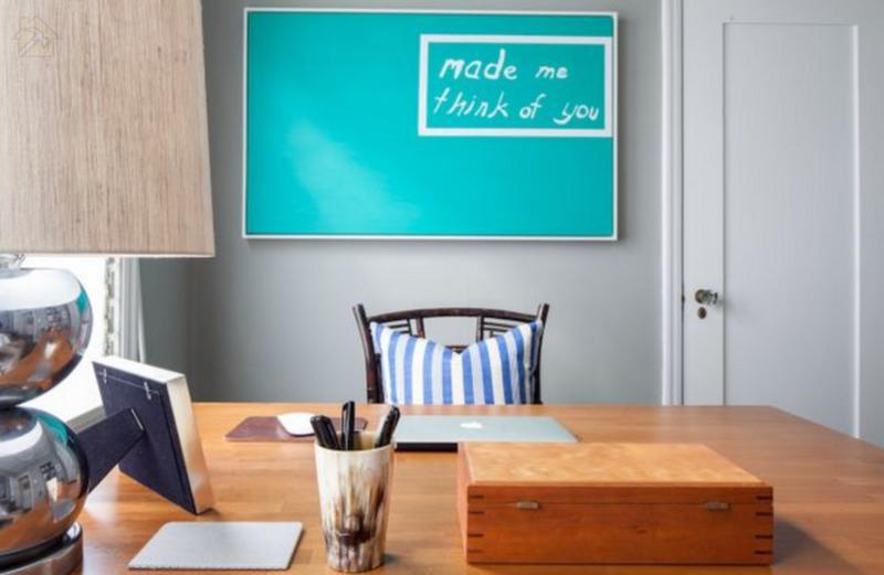 Минимализм в оформлении письменного стола имеет множество преимуществ.