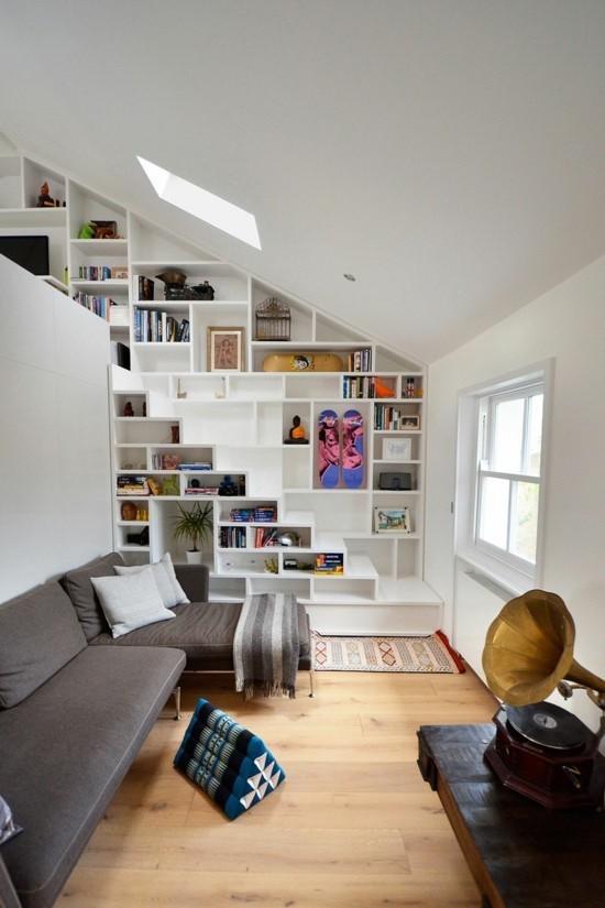 Во встроенных ящиках достаточно места для многих аксессуаров предметов декора книг и даже обуви 🔴 Оформить полку под лестницу умные идеи